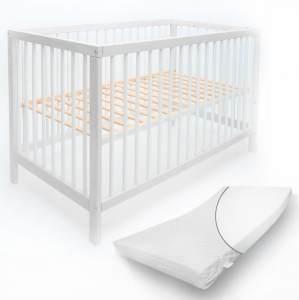 Alcube 'Toni' Babybett 60x120cm, weiß, Buche massiv, umbaubar, mit Schlupfsprossen, Matratze und mit Schublade